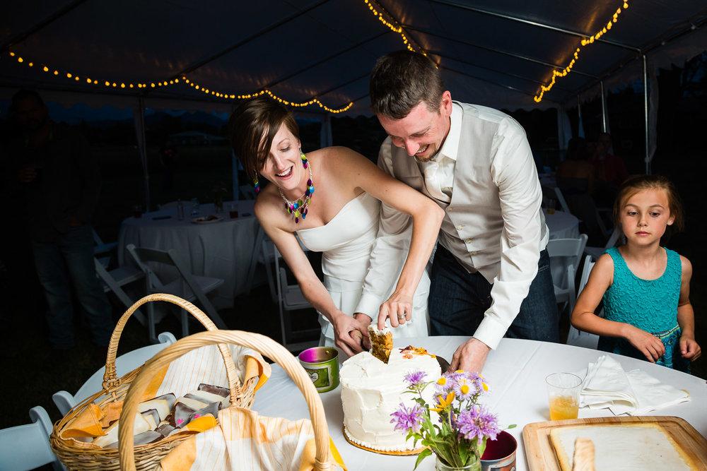 bozeman-montana-wedding-bride-groom-cut-cake.jpg