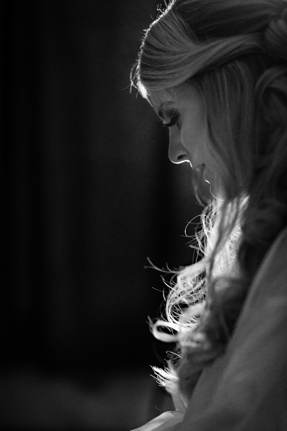 bozeman-montana-wedding-roys-barn-brides-hair-being-fixed.jpg