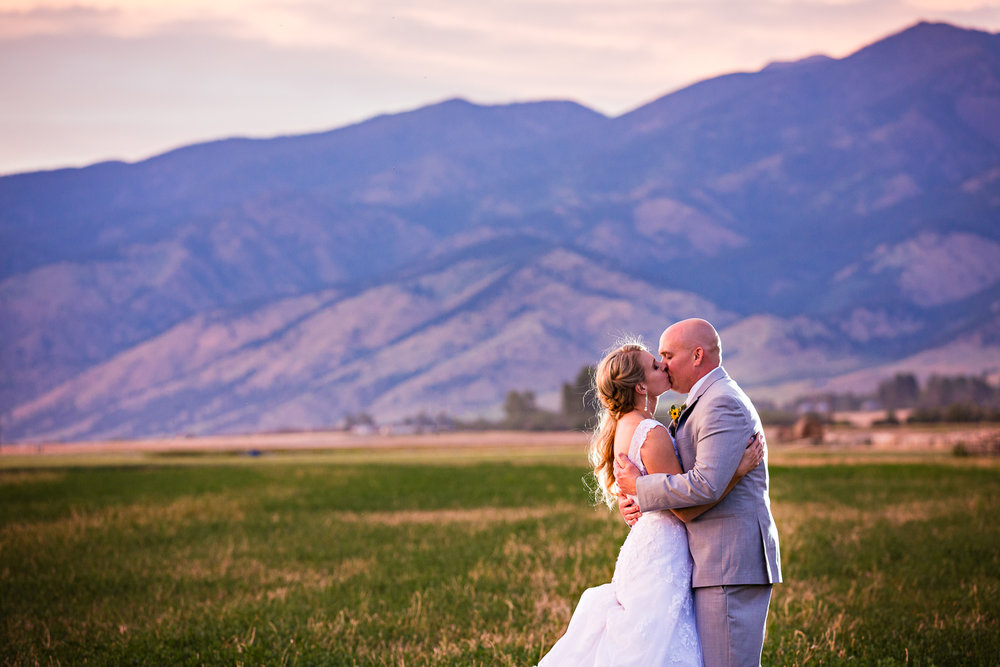 bozeman-montana-wedding-roys-barn-bride-groom-kiss-during-sunset.jpg
