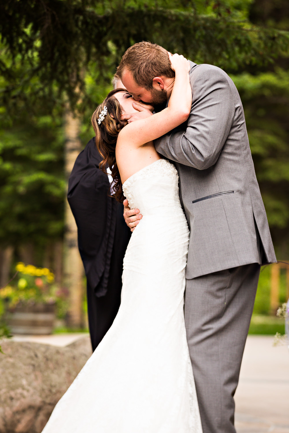 rock-creek-resort-red-lodge-ceremony-kiss.jpg
