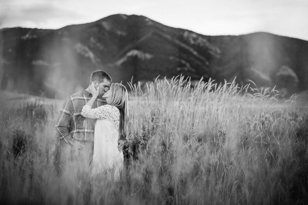 bozeman-montana-engagement-session-shooting-through-grass-couple-kissing.jpg