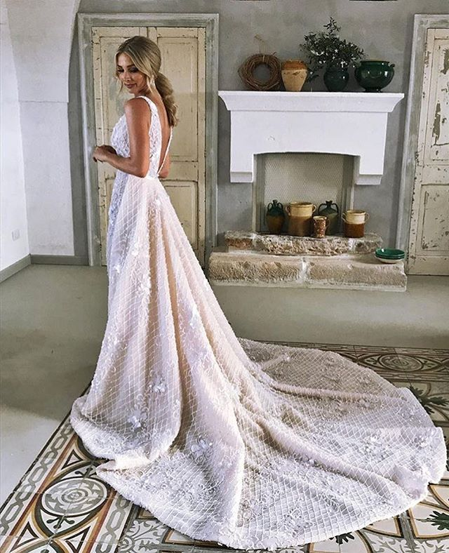 Congratulations to Anna and Tim, @annaheinrich1 @mrtimrobards were married in a magical Italian country side wedding. Anna is stunning wearing the #stevenkhalil FIORA wedding gown.