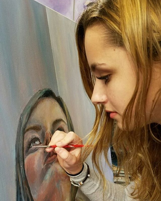 Student @emerquinnx is working on her new artwork🎨🎨🎨 . . . . . #delphianschool #delphianarts #studentsart #art #artworks #inprogress #poitrait #painting