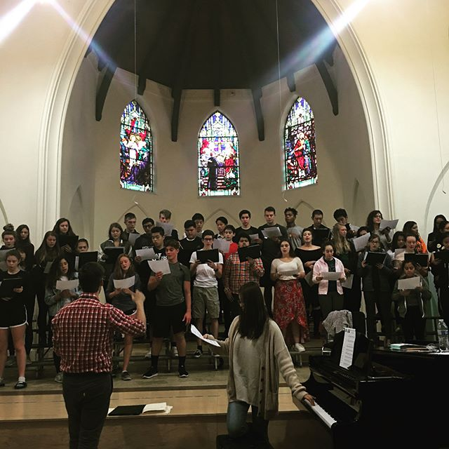 Choir practices their new song for their next performance at alumni weekend!!🎶🎶 #choir#delphi#alumniweekend#delphianschool #sing #student