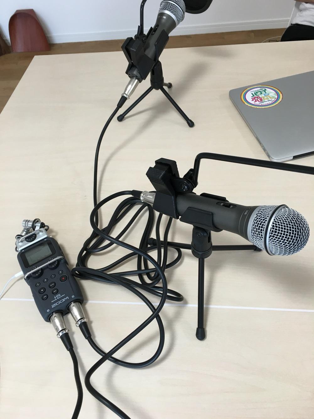 今回から使用した録音機材。マイクはSAMSON Q2U。マイクに取り付けているのはキクタニ ポップブロッカー PO-5S。口から出るポップノイズ(息が吹きかかった音など)を防いでくれるそうです。