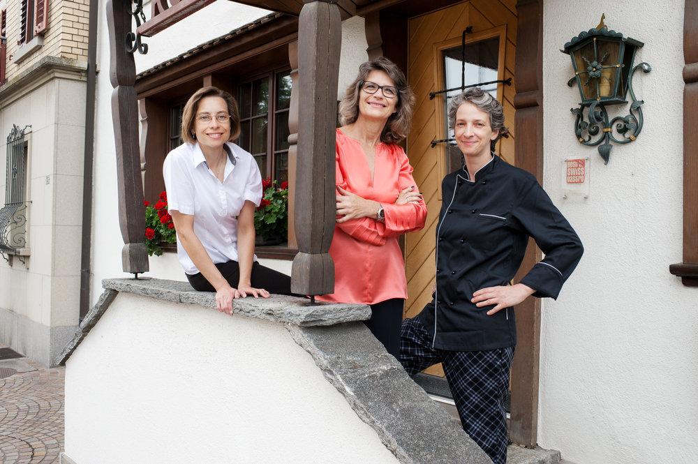 Gastgeberinnen Yolanda Wintsch und Rebekka Widmer mit Küchenchefin Tanja Mamula