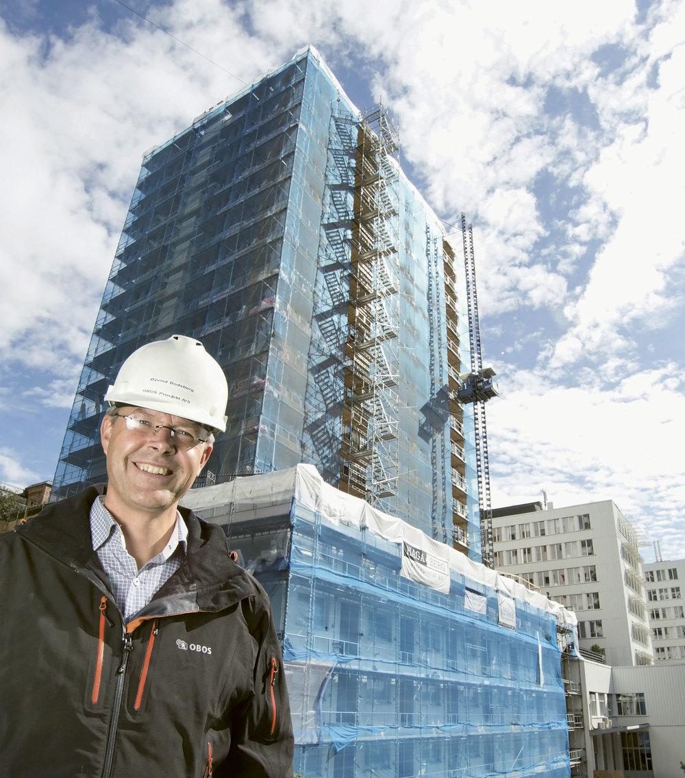 Fossheim borettslag i Oslo startet en omfattende fasaderehabilitering høsten 2014. Her med Øyvind Bodsberg i OBOS Prosjekt. Foto: Nyebilder.no