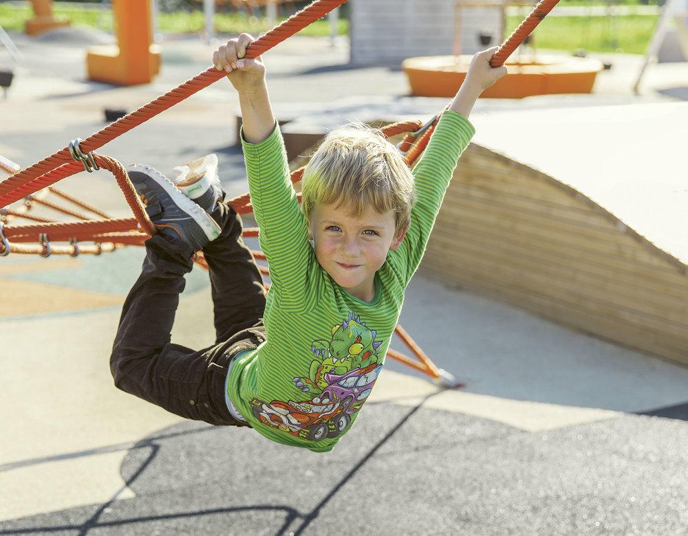 Femåringen August dingler i Holmlia Press Play i Lusetjerndalen på Holmlia. Foto: Hans Fredrik Asbjørnsen