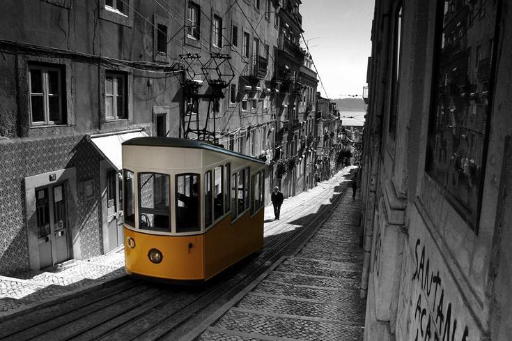 Lisbon terreiro do paço 3 electrico.jpg