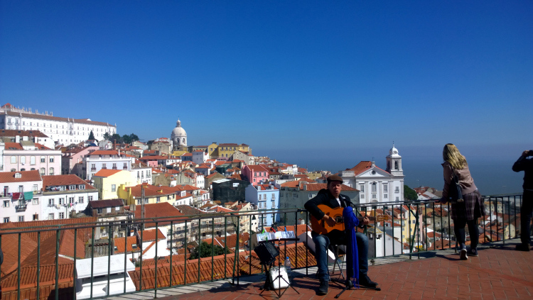 lisbon-walking-tour-guy-singing.jpg