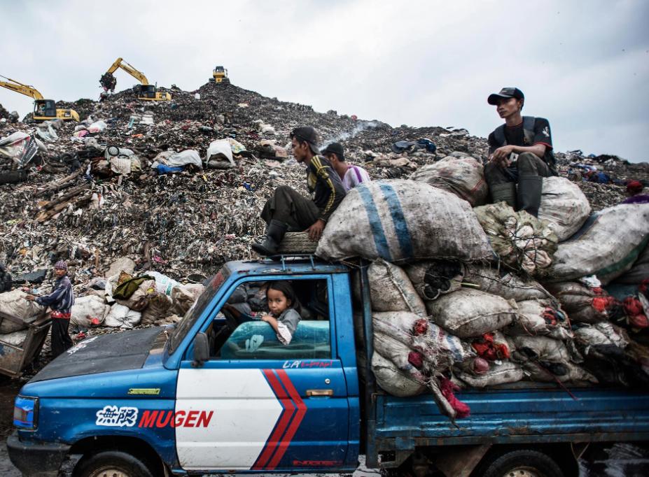 Drowning in Garbage - https://www.washingtonpost.com/graphics/2017/world/global-waste/?utm_term=.792820b5da8f#lagos