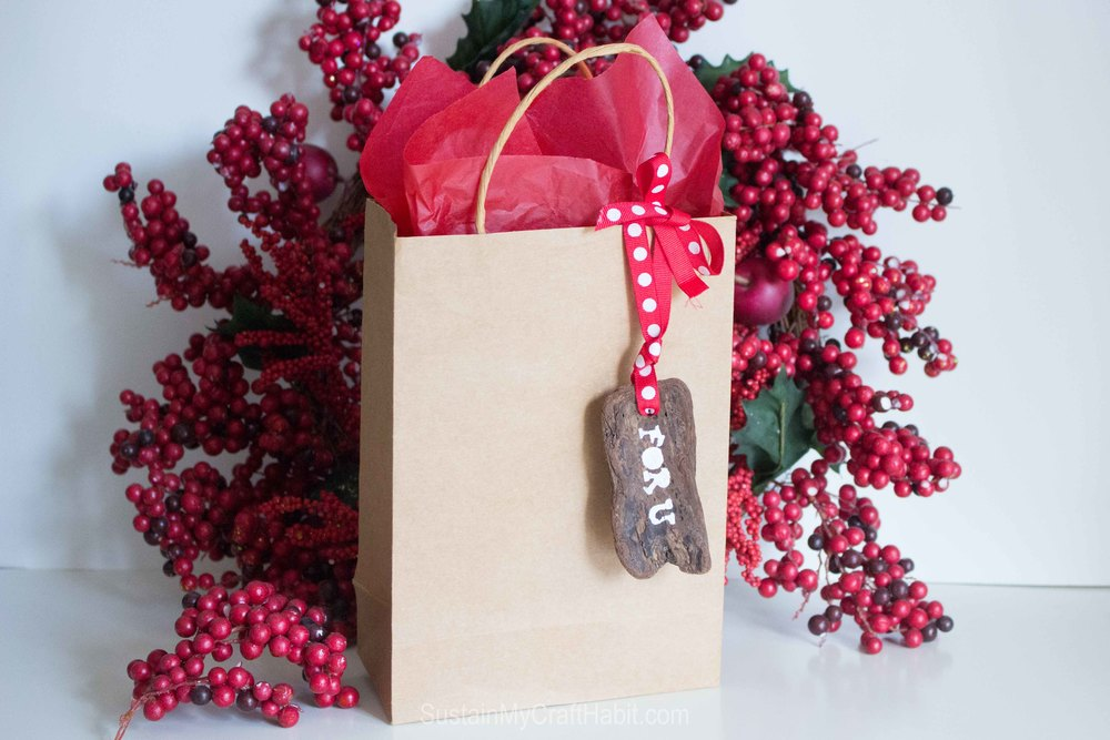 Up your gift-giving game with a natural and rustic DIY stenciled bark gift tag. @SustMyCraft
