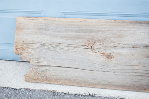 Looking for a rustic and functional home decor project for your entry-way? Check out this step-by-step tutorial to make a reclaimed barn wood console table with trendy hairpin legs.
