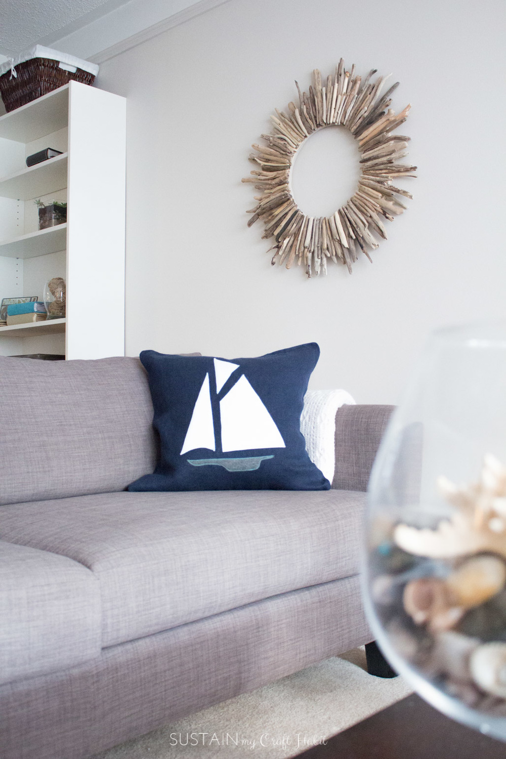 Make your own nautical themed throw pillow with a plain pillow case and felt fabric. Easy step-by-step tutorial included.