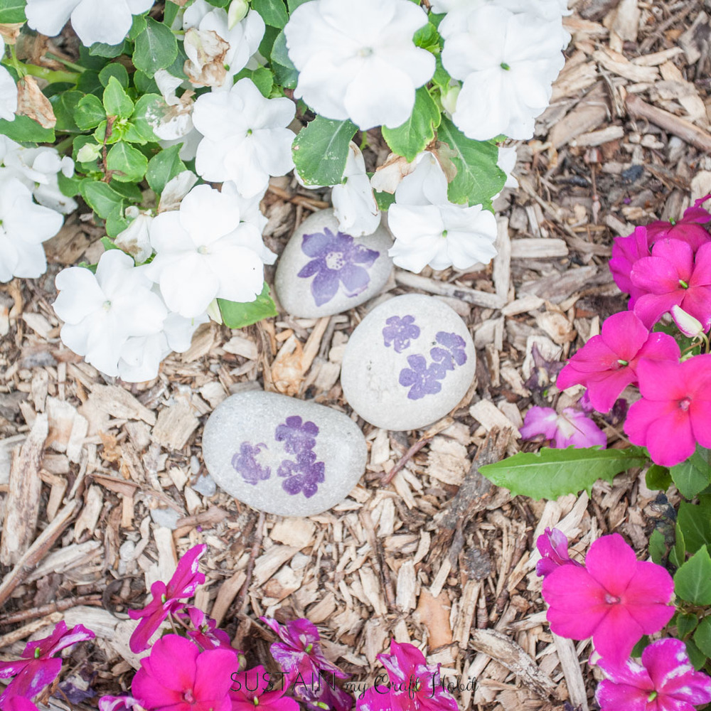 Dust off those old craft supplies and take a moment for this simple DIY: use rubber stamps with beach-found stones for quick garden decor or paperweights.