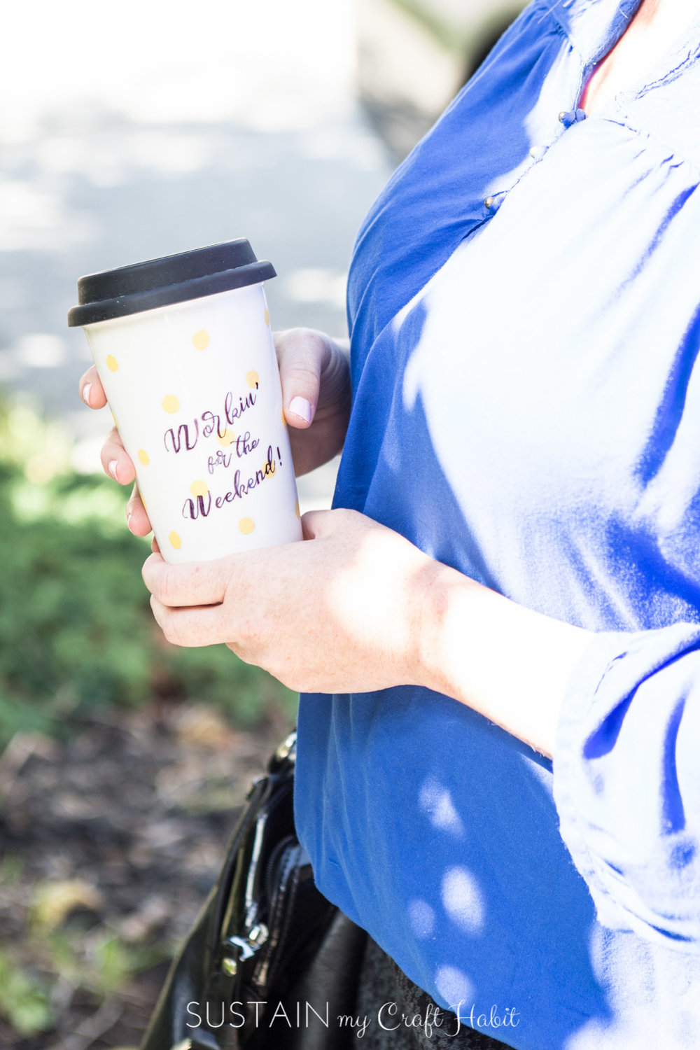 Upcycle your own plain travel mug with your favourite motivational saying. Easy step-by-step tutorial for this DIY idea.