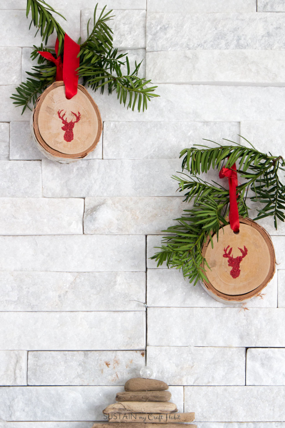 Rustic deer Christmas ornament made with glitter heat embossed onto natural slices of birch branches | Scandi style holiday mantel decorating ideas