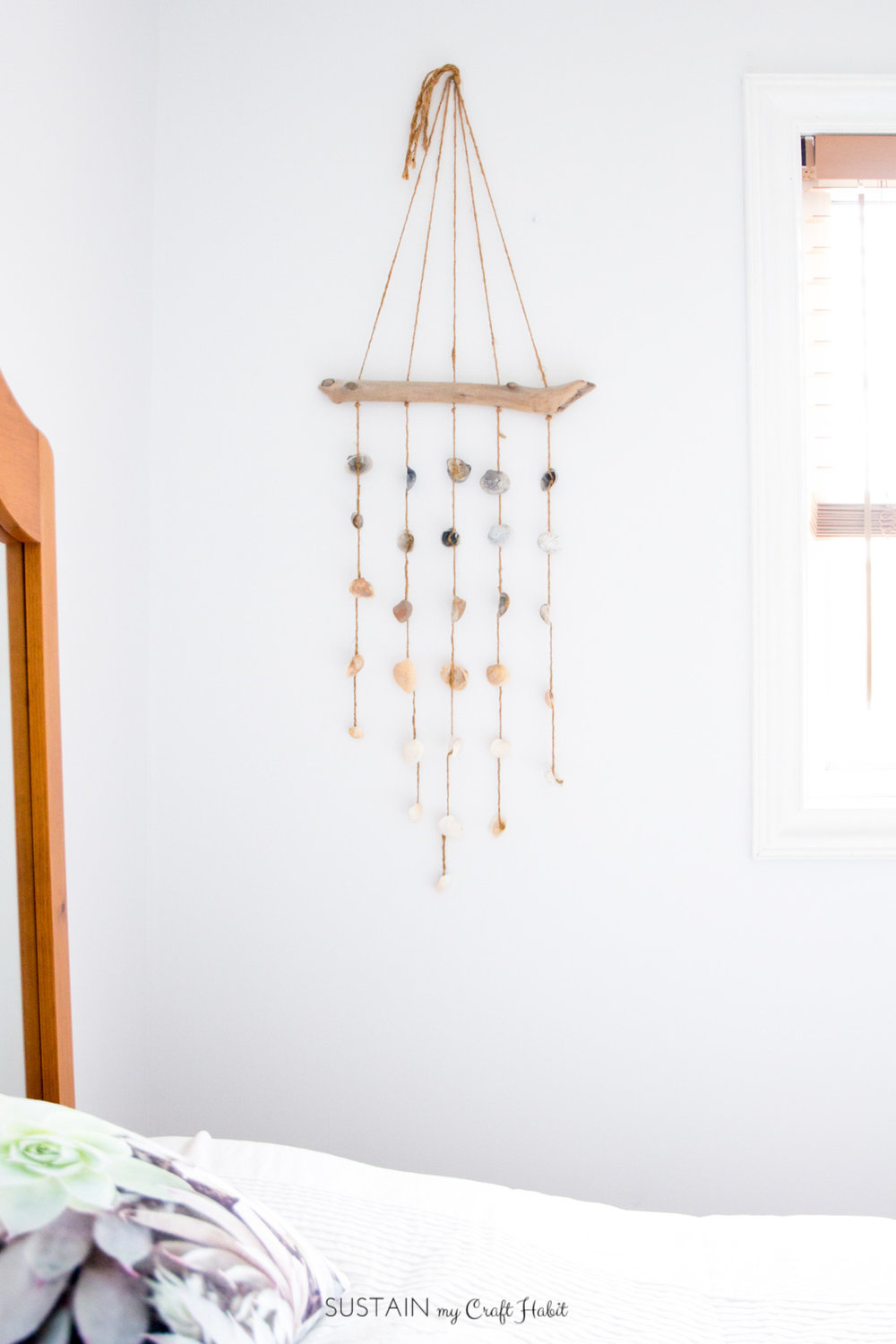How refreshing is this DIY seashell wall hanging? Coastal home decor idea | Beach cottage decorating | Rustic wall hanging