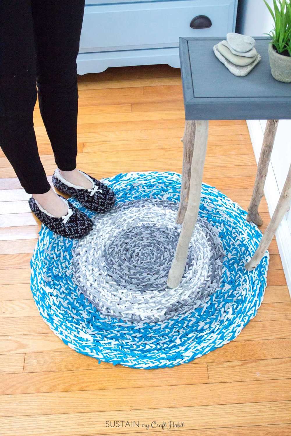 How to finger crochet a circular rag rug with T-shirt yarn | DIY video tutorial for beginners | Coastal style home decor idea
