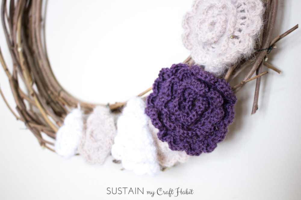 DIY spring and summer wreath made with crocheted flowers. Free flower crochet pattern and tutorial to make the DIY branch wreath.
