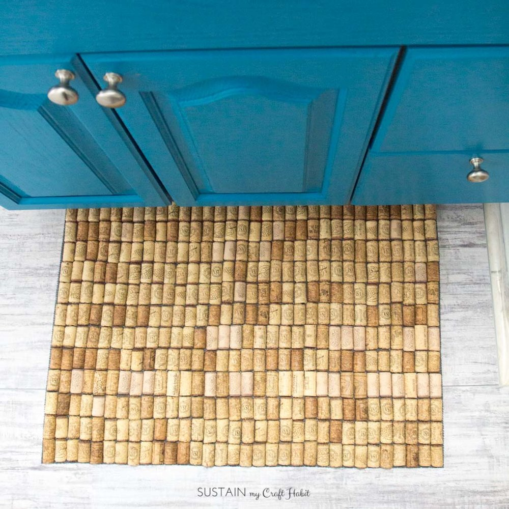 Learn how to make your own bath mat with wine corks! A fun upcycling project that's useful. Full DIY tutorial included!