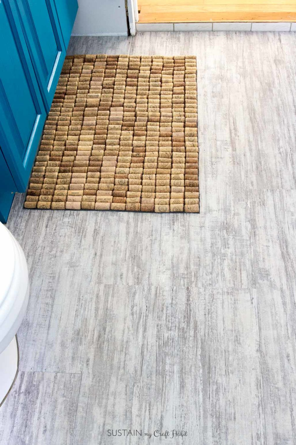 DIY cork bath mat! A beautiful and purposeful way of using up collected wine corks. Full step-by-step tutorial and tips for cutting those corks included!