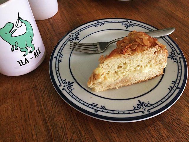 Leftover birthday cake + new mug👌🏻 thanks @nicolepidouxbelnap #smittenkitchen #beestingcake