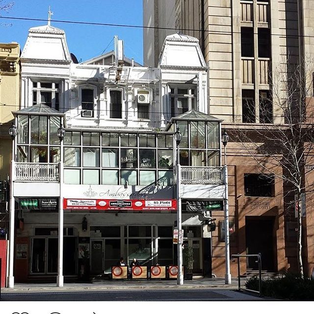 When the sun is shining, the old school Ambassadors Hotel looks glorious... Outdoor seating, Balcony with views over King William & sharing a wall with the incredible BankSA building. @ambassadorshotel #sunshining #balcony #kingwilliamst #southaustralia #heritage