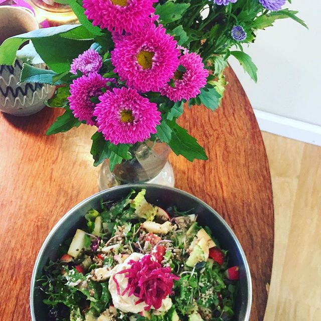 #foodandflowerporn 😍 . But seriously though.. I have been trying a new thing with my body - intermittent dry fasting (no water!!) and 80% fruit, fresh and cooked, steamed veg and biiiig green salads!!! 😋 . The other 20% I am still needing some healthy fats (avocado pleeeease) and some meat. . Last year I was healing SIBO in my Gut (reaaaly bad Candida) which had me feeling 😭😭😭 . I had to have 8 months with NO SUGAR including Fruit, Starchy veg, carbs and grains (that turn into sugar in your body) and dairy. When I ate fruit with my adrenal crash I would pass out as my pancreas couldn't handle it 😴😴😴 . I was literally eating green veg and meat all day long cause every two hours my blood sugar would crash. I wasn't well at all 🤕🤕🤕 . Noooow my body is ready for the next level of healing.. DETOX! 🙌🏼🙌🏼🙌🏼 . I felt skeptical of Dry fasting and eating so much fruit (sugar) buuut  I kept feeling called so I gave it a try a few weeks ago (I've been slowing transitioning to a more fruit and less meat diet)... . Annnnd wow 😅 I am feeling so good! There are some detox symptoms of course, but guuuys, I can feel the cleansing. I feel my liver, gallbladder and kidneys all clearing out and getting healthy! 🤣🤣🤣 . There is much more to tell you.. like Enemas, charcoal pudding for pulling out toxins, and celery juice first thing in the AM Are game changers/ must dos! . I'm going to make a video in all this soon so you can have some guidance if you feel ready for a cellular detox. Yup. CELLULAR. . I love you. Your body is your sacred vessel. Please listen to Her/Him. You are worthy of living your healthiest and wealthiest life. ❤️❤️❤️ . . . #detox #cellulardetox #livingmucusfree #healing #guthealth #adrenalfatigue #selfcare #dryfasting #fruitfast #innerpeace #healthyself #selflove #shakti #selfpleasure #innerguru
