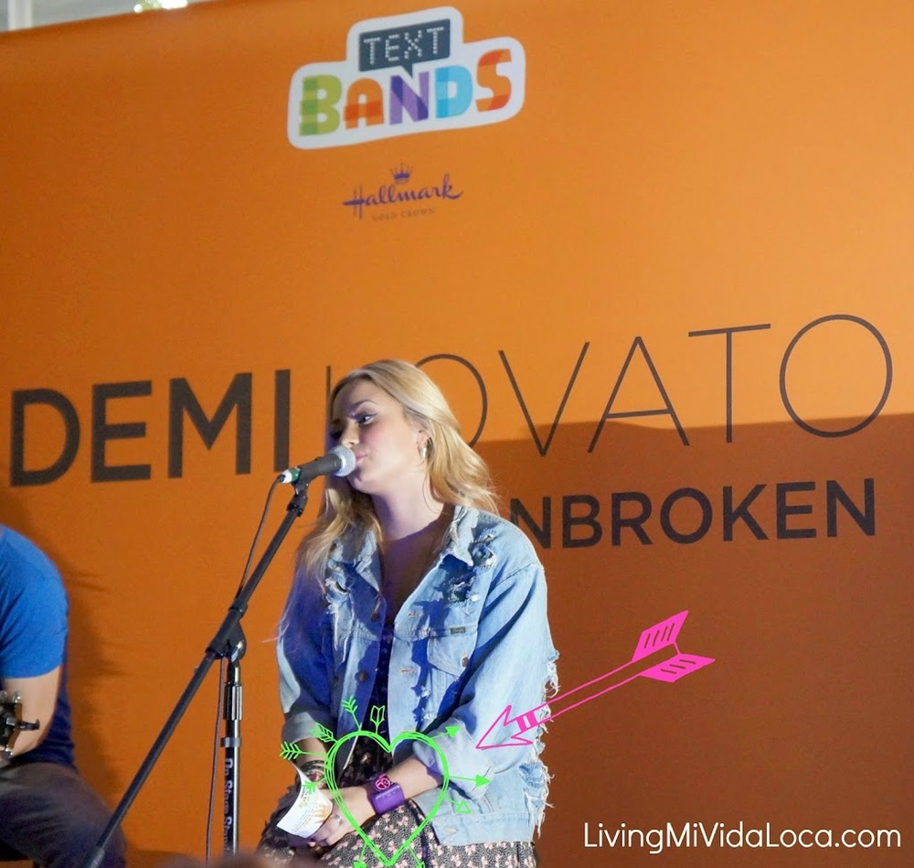 Demi-sings-backstage-and-uses-text-bands.jpg