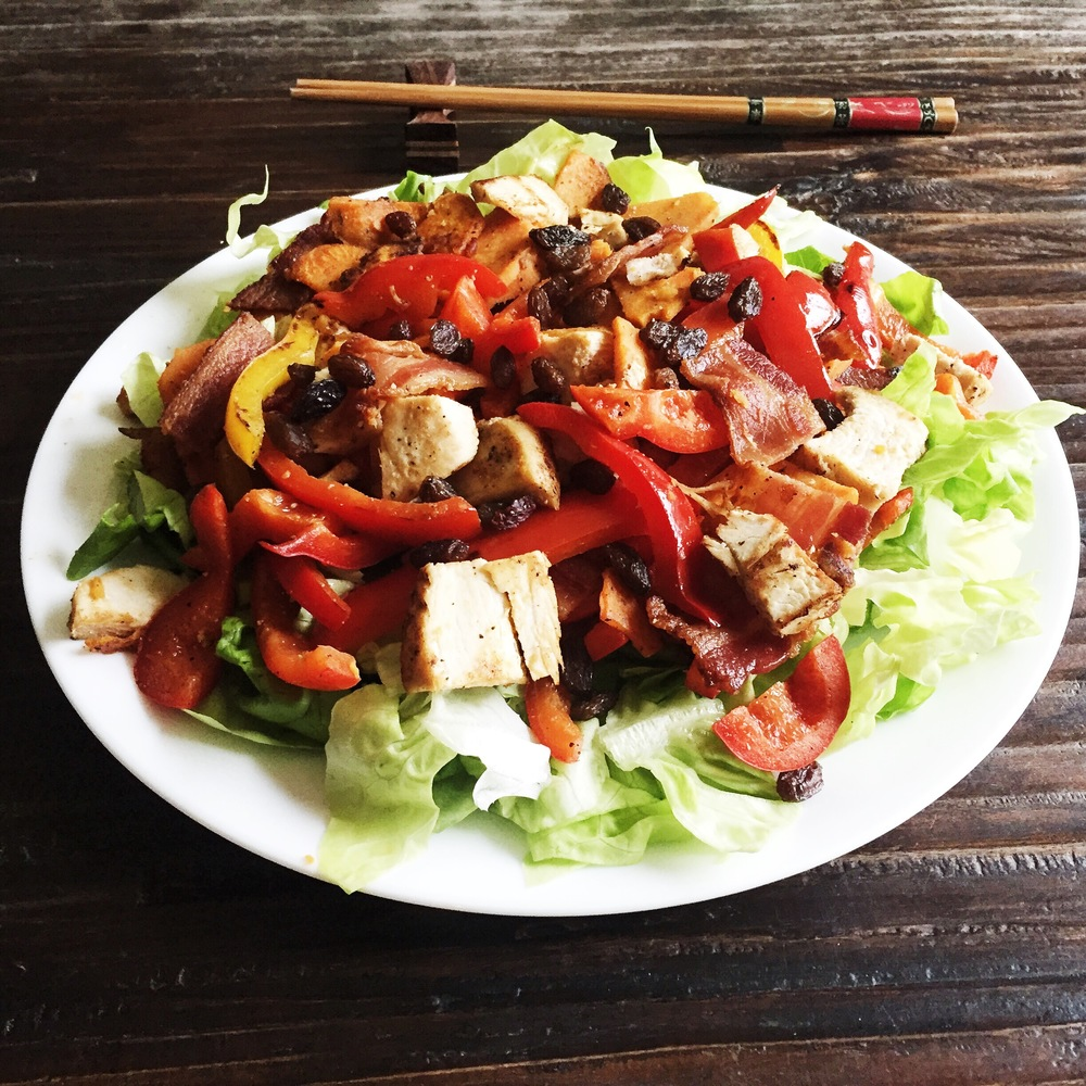 Made a quick salad with leftovers. Lettuce, bell peppers, grilled chicken, bacon, chopped almonds and raisin. Topped with olive oil and lemon juice.