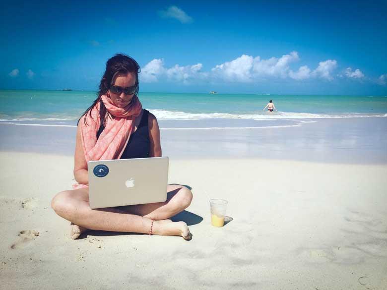 """""""Ik werk graag vanuit het buitenland, maar trust me, werken op het strand werkt echt niet"""" - Sandra Keus"""