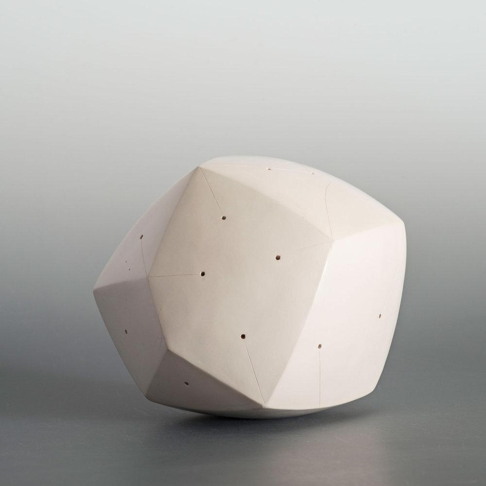 Polyèdre blanc, engobe porcelaine, signé NP
