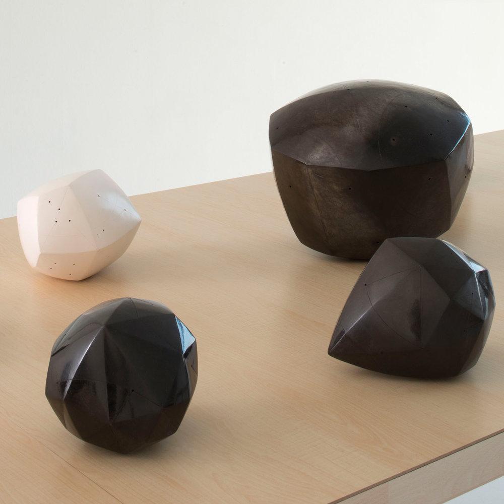 Polyèdre noir et diamants, terre enfumée, signé NP / Polyèdre blanc, engobe porcelaine, signé NP