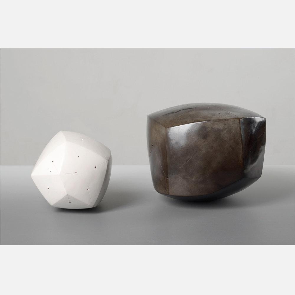 Polyèdre noir, terre enfumée, signé NP / Polyèdre blanc, engobe porcelaine, signé NP