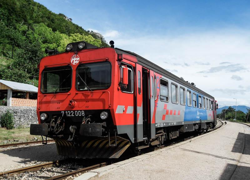Juna Buzetin asemalla, jossain päin Kroatiaa.
