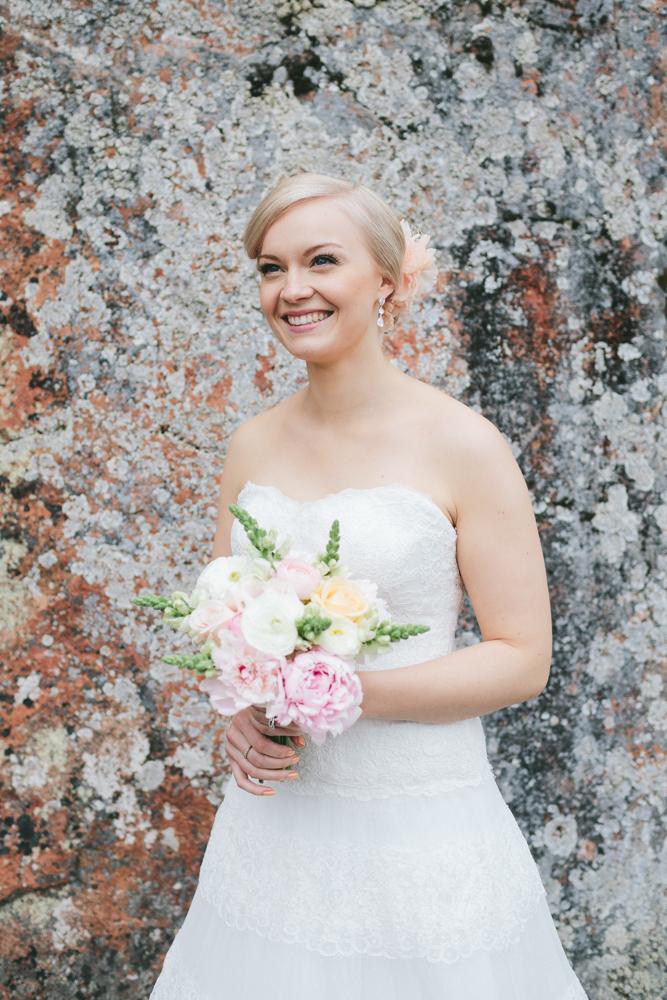 Täydellinen hääkimppuni tehtiin Hämeenlinnassa Kukkakauppa Pionissa.