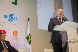 """O diretor do Sebrae, José Cláudio dos Santos, lançou a campanha """"Compre do Pequeno"""""""