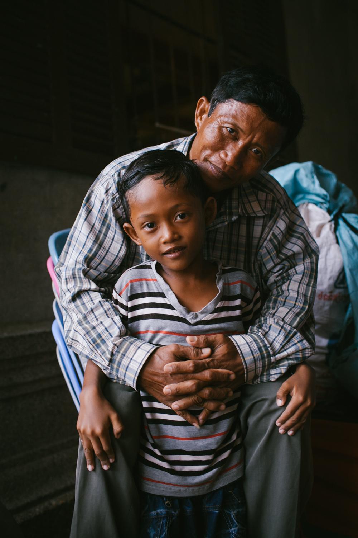 Pai e filho, Phnom Penh, Camboja.