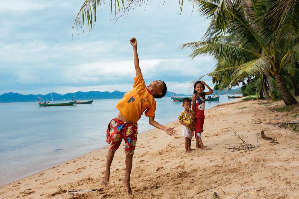Crianças brincam numa praia em Kep, Camboja.
