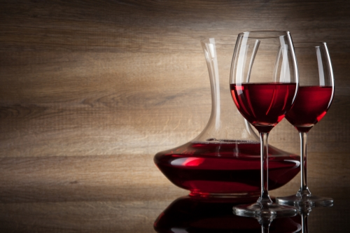 decanter and glasses_100959730.jpg