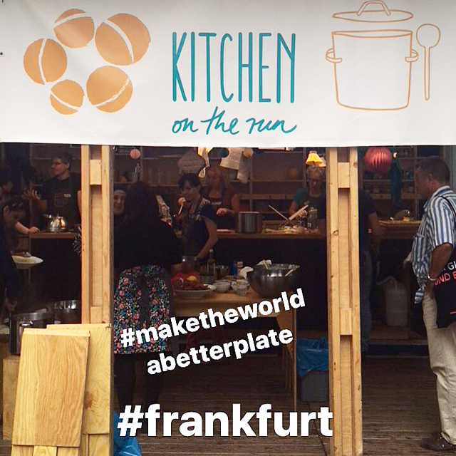 On the road for #kitchenontherun. They bring local people with a refugee status together with locals to cook and exchange! Check out: @ueber_den_tellerrand_kochen & @kitchenontherun  #greatwork #photojob #frankfurt #maketheworldabetterplate