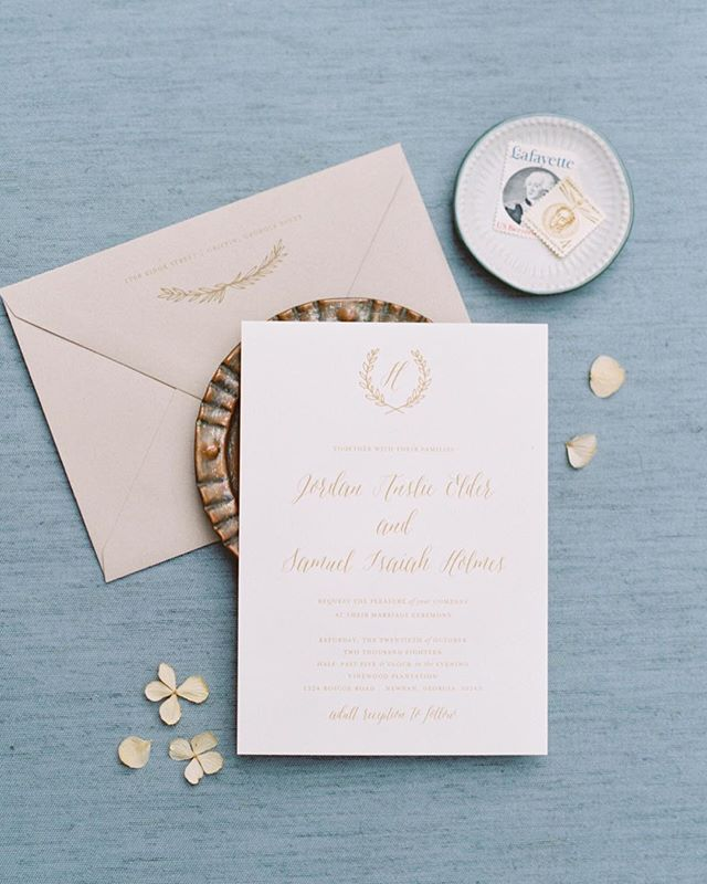 Adore this beautiful suite by @paperdaisiesstationery for Jordan + Ike's stunning  southern plantation wedding in Georgia. // #atlantawedding #invitationsuite
