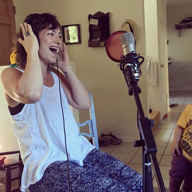 She sings!!