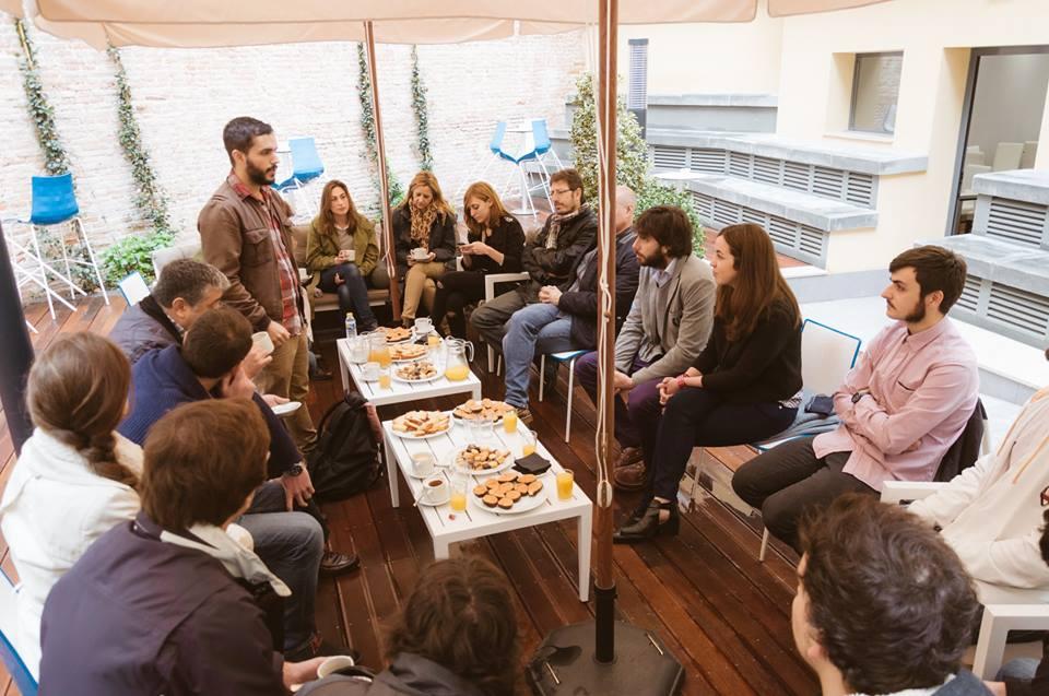 Nicolás Perdomo, miembro de Miltrescientosgramos, presenta el Desayuno Creativo a los asistentes.