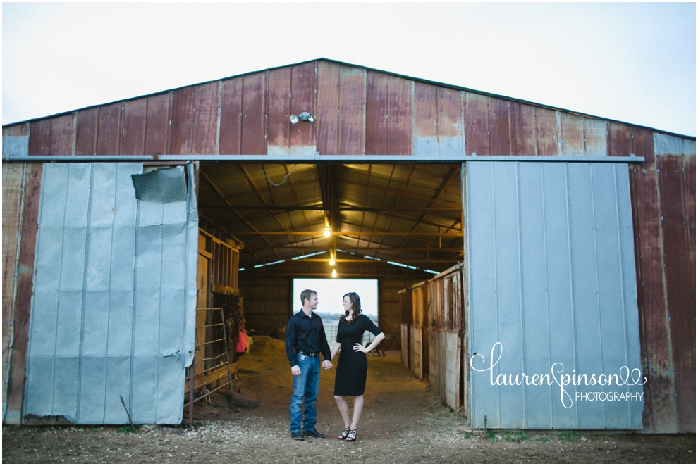 sherman-texas-wedding-and-engagment-photographer-gainesville-engagement-photos-by-lauren-pinson-photography-in-a-rustic-barn-and-country-field_0033.jpg