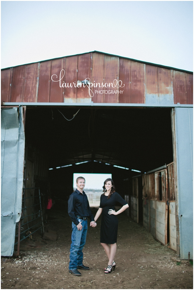 sherman-texas-wedding-and-engagment-photographer-gainesville-engagement-photos-by-lauren-pinson-photography-in-a-rustic-barn-and-country-field_0035.jpg
