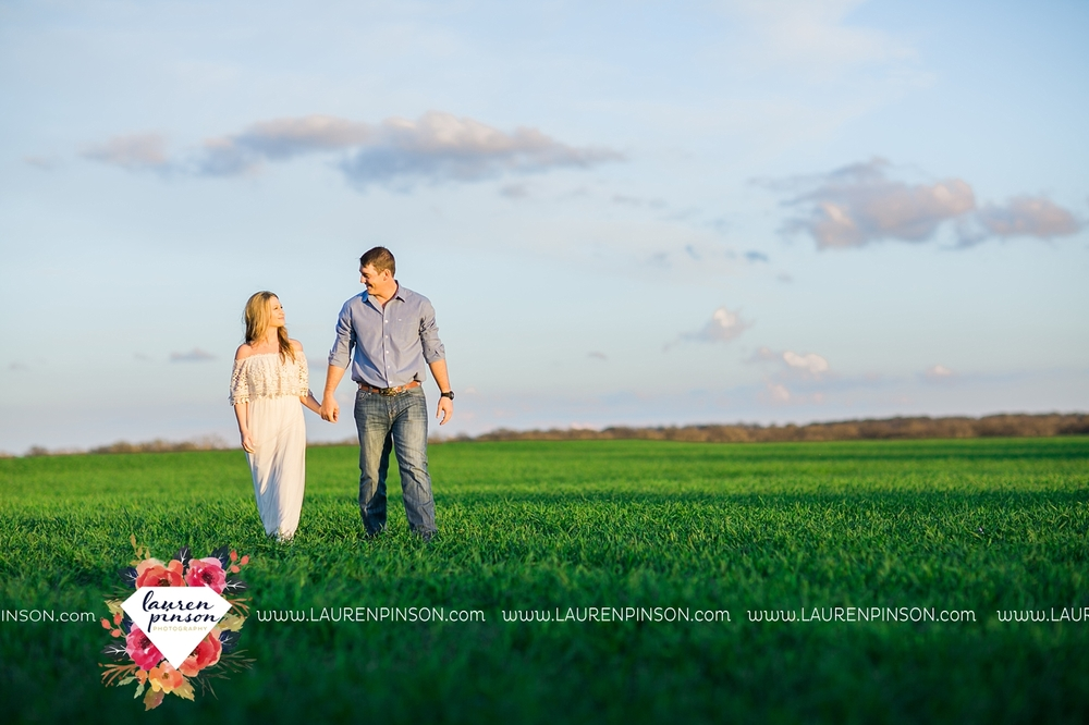 Wichita-falls-texas-country-outdoor-wheat-field-windthorst-engagement-session-and-wedding-photographer-00015.jpg