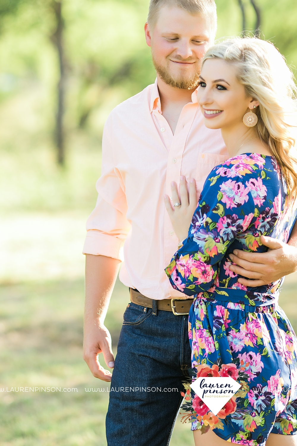 wichita-falls-texas-wedding-photographer-scotland-texas-engagement-session-country-barn-field-windthorst_2734.jpg