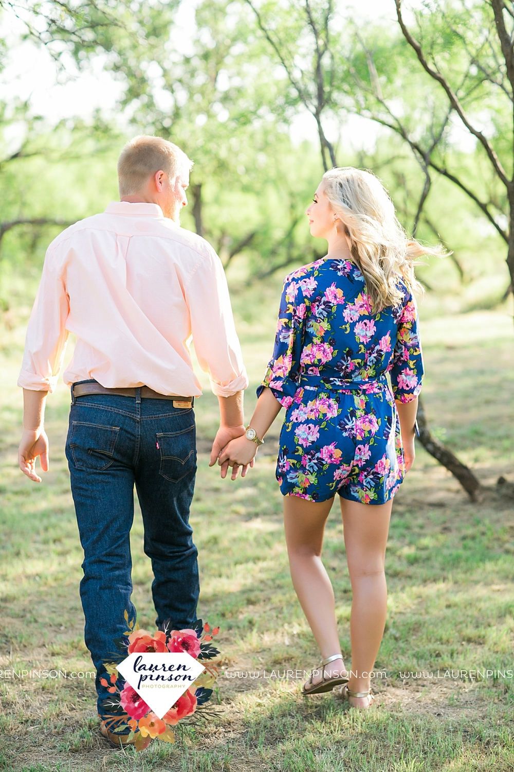 wichita-falls-texas-wedding-photographer-scotland-texas-engagement-session-country-barn-field-windthorst_2737.jpg